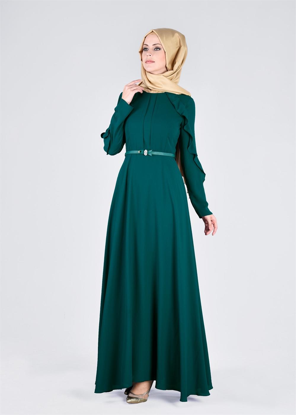 fab5124f7f35c Desensiz tasarlanan tesettür elbiselerde kol uçlarında ve göğüs altında  ince dantellere yer verilmiş modeller, göğüs altından incecik kemer  kullanılmış ...